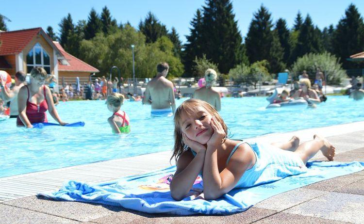 4 2016 Maedchen Am Pool 1024x681
