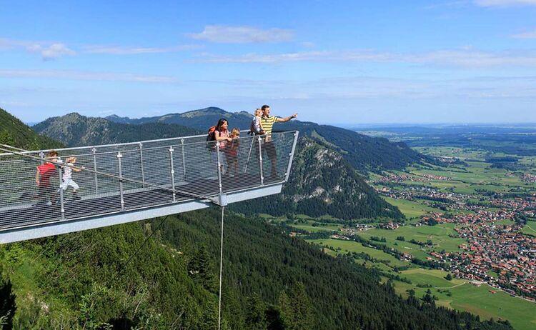 Vom Aussichtssteg am Breitenberg liegt einem Pfronten zu Füssen - Bild: Pfronten Tourismus