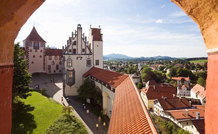 Hoch über der Stadt Füssen thront das Hohe Schloss - Bild: Allgäu GmbH / Arthur F. Selbach