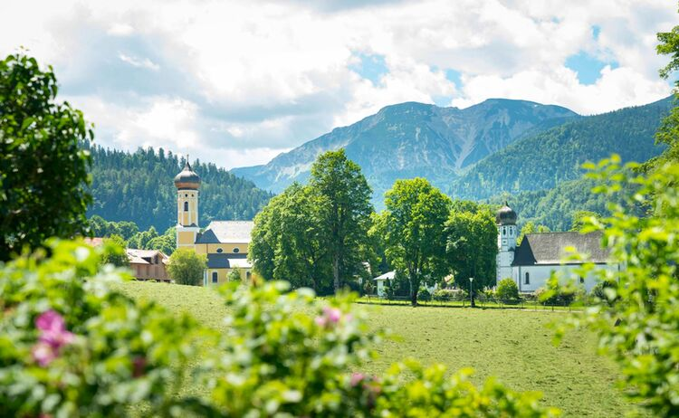Urige Gemeinden wie Fischbachau reihen sich entlang des Bodensee-Königsee-Radwegs - Bild: Dietmar Denger