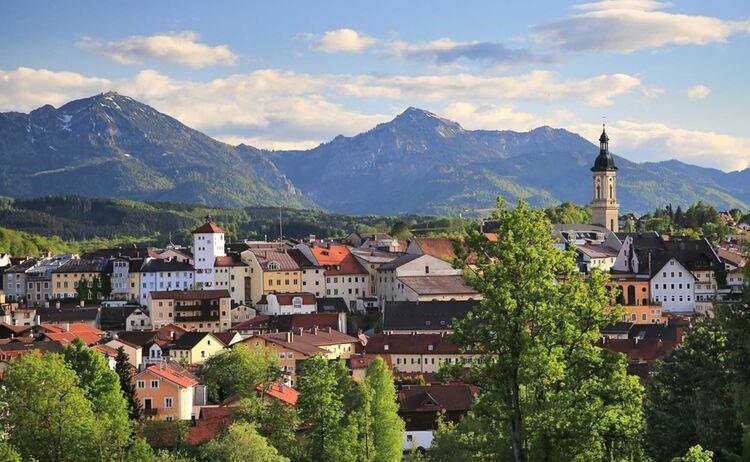 Idylisch liegt Traunstein am Fuße der Alpen - Bild: Stadt Traunstein
