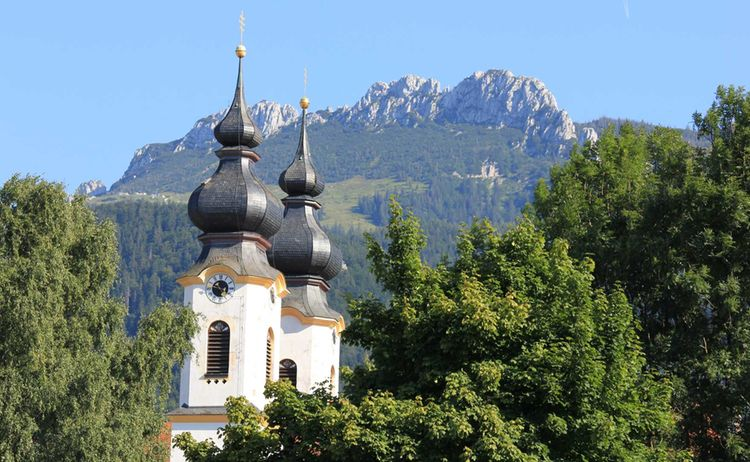 Aschau Im Chiemgau Kirche Mit Kampenwand Copyright H Reiter Web 1