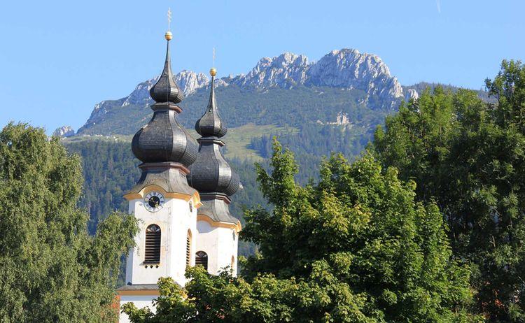Aschau Im Chiemgau Kirche Mit Kampenwand Copyright H Reiter Web 2