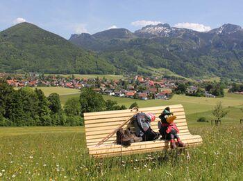 Im Bankerldorf Aschau i. Chiemgau warten 470 Sitzbänke an den schönsten Orten auf Sie © H. Reiter