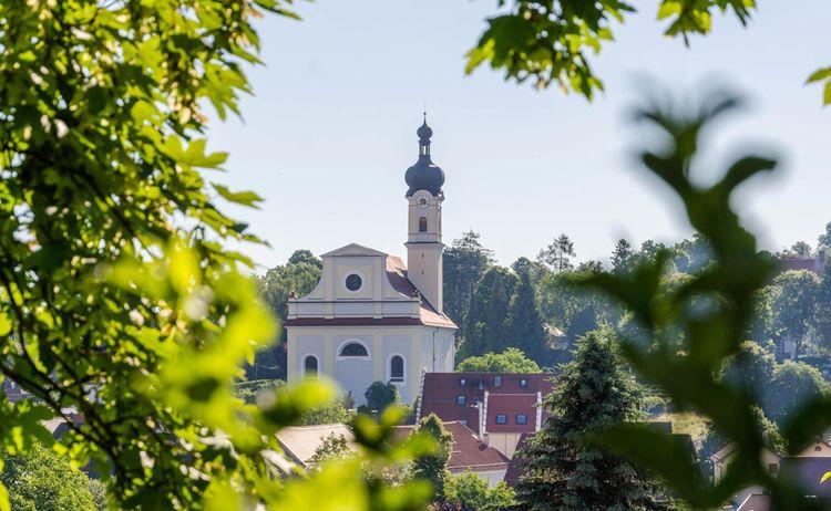 Blick auf die St. Nikolaus Kirche in Murnau - Bild: Das Blaue Land / Simon Bauer