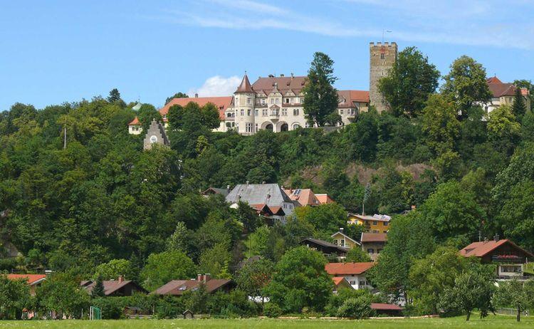Das Schloss Neubeuern trohnt über dem beschaulichen Ort © Maresa Jung