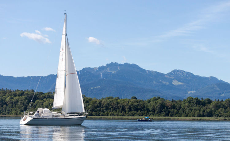 Chiemsee Segelboot Kampenwand Fotograph Michaela Roepke Copyright Prien Marketing Gmbh Web