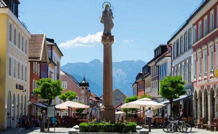 Selbst von der Fußgängerzone aus sind die Berge immer im Blick - Bild: Das Blaue Land / Simon Bauer
