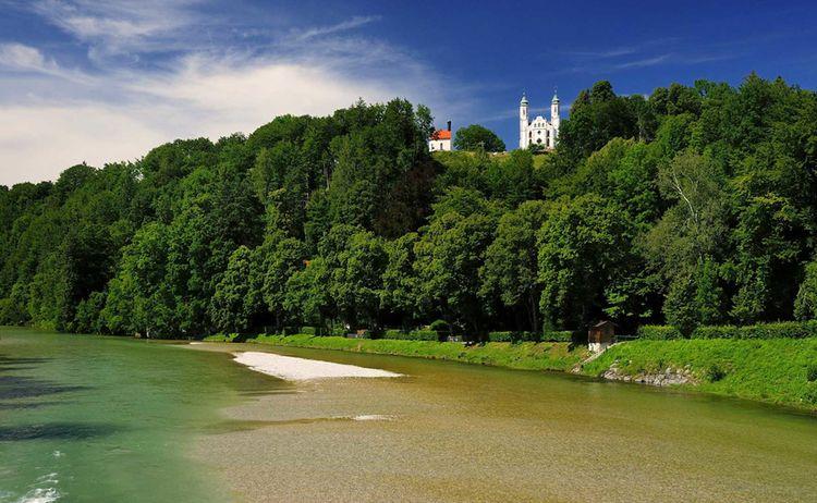 Die Isar schlängelt es sich am Kalvarienberg vorbei - Bild: Tourist-Info Bad Tölz