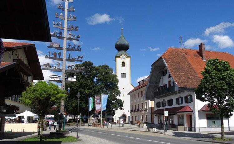 Der Kirchplatz im beschaulichen Ort Grassau - Bild: Tourist-Info Grassau