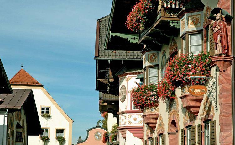 Bunte Häuserzeilen mit Lüftlmalerei prägen das Bild des Neubeurer Marktplatzes © Maresa Jung