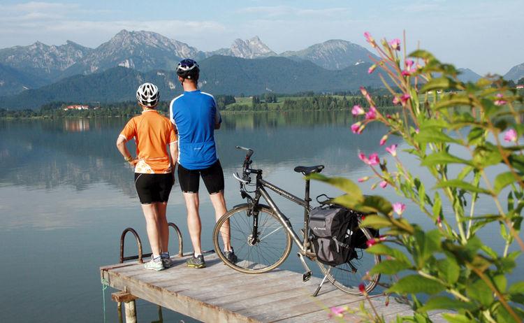 Pause auf der Radtour am malerischen Hopfensee © Füssen Tourismus und Marketing / Gerhard Eisenschink