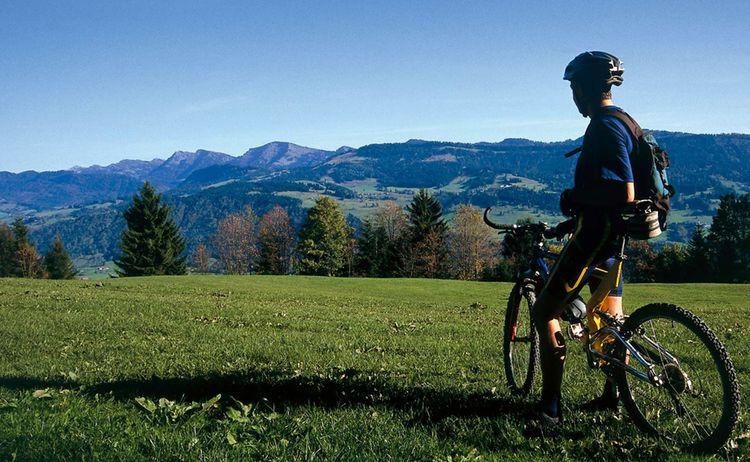 Radfahrer Blickt Auf Bergpanorama Fotograph Thomas Gretler Copyright Westallgaeu Tourismus E V Web