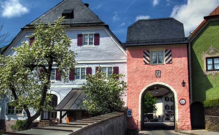Das historische Stadttor führt auf den Marktplatz im Herzen Neubeuerns © Klaus Rünagel